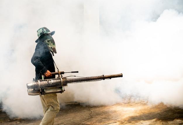Człowiek używa maszyny do fumigacji komarów
