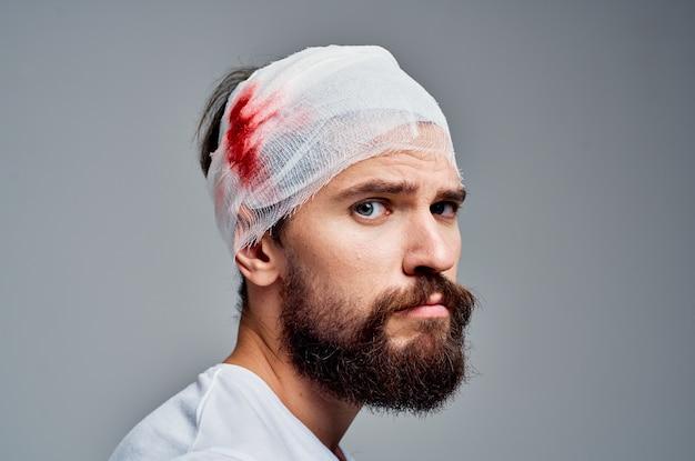 Człowiek w biały t-shirt trauma zdrowie diagnoza jasnym tle. zdjęcie wysokiej jakości
