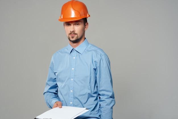 Człowiek w budownictwie jednolite plany budowniczy jasne tło