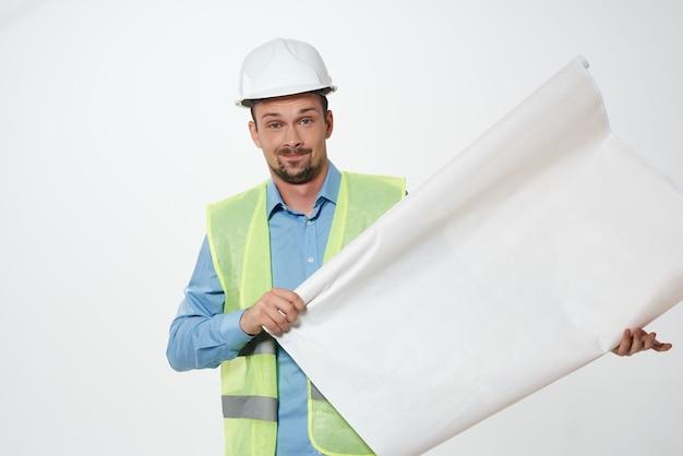 Człowiek w budownictwie jednolitego profesjonalnego zadania na białym tle
