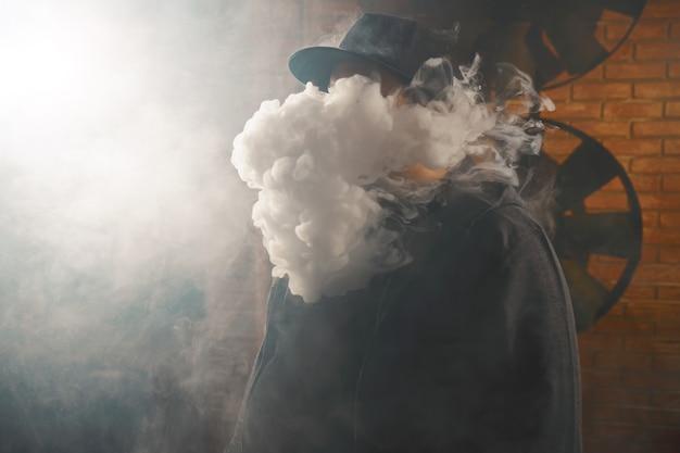 Człowiek w chmurze oparów białej pary