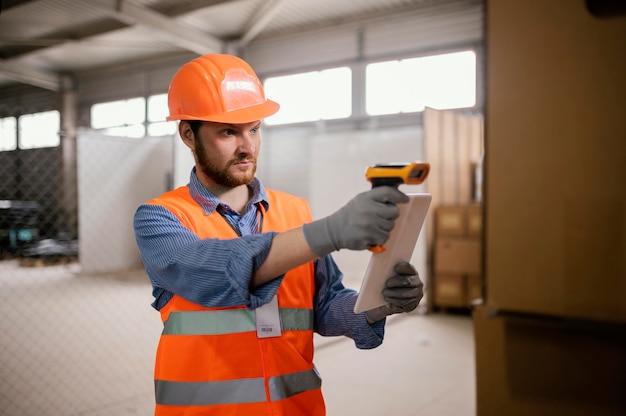 Człowiek w czapce bezpieczeństwa w pracy