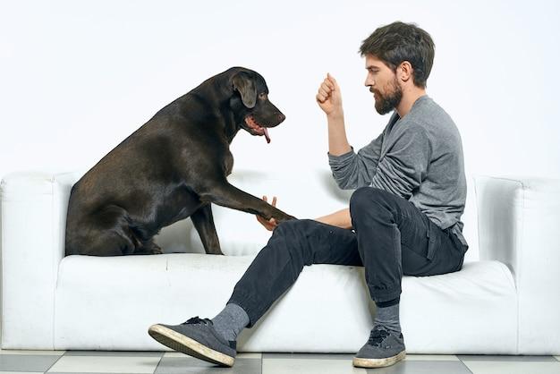 Człowiek w domu na kanapie z psem