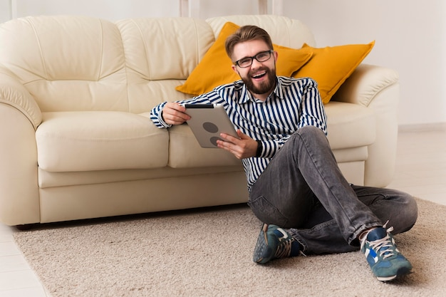 Człowiek w domu z tabletem