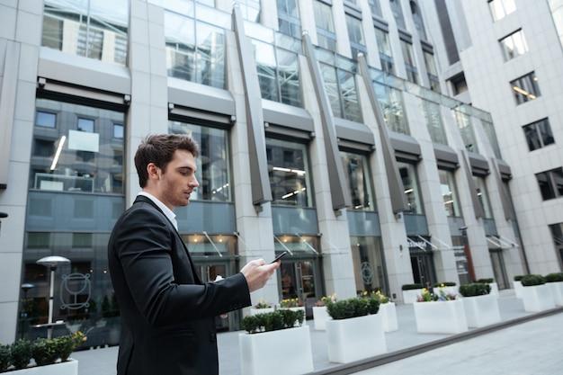 Człowiek w dużym centrum za pomocą smartfona