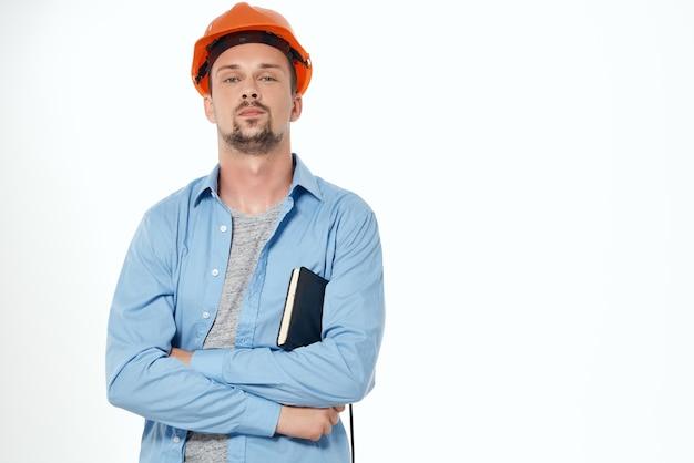 Człowiek w formie roboczej prace budowlane na białym tle