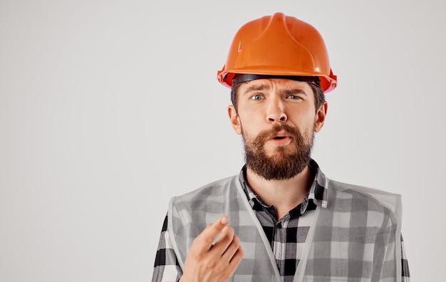 Człowiek w formie roboczej rysunki dokumentów budowy