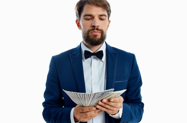 Człowiek w garniturze finanse sukces jasnym tle