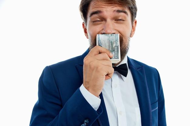 Człowiek w garniturze finanse sukces na białym tle