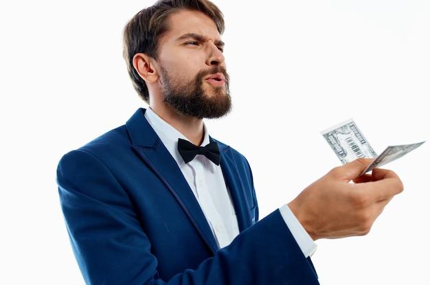 Człowiek w garniturze inwestycje gospodarki na białym tle. zdjęcie wysokiej jakości