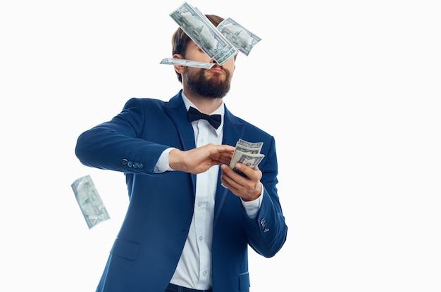 Człowiek w garniturze inwestycje gospodarki na białym tle