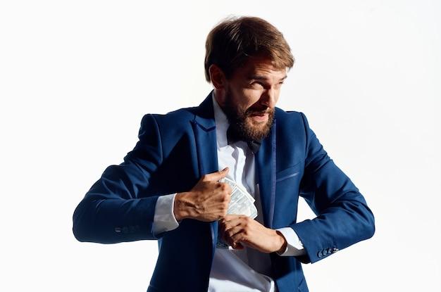 Człowiek w garniturze inwestycje gospodarki studio emocji. zdjęcie wysokiej jakości