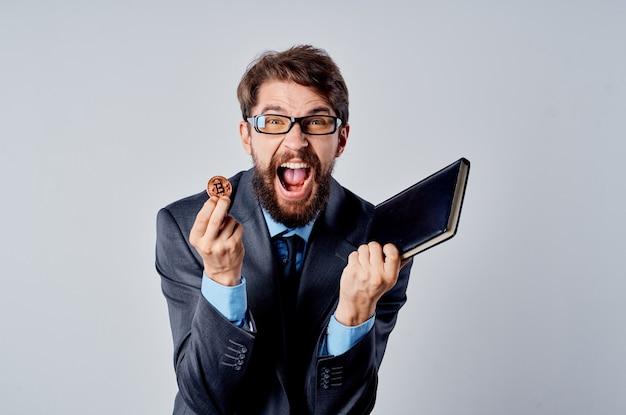 Człowiek w garniturze kryptowaluty bitcoin gospodarki finansowej wirtualne pieniądze. zdjęcie wysokiej jakości