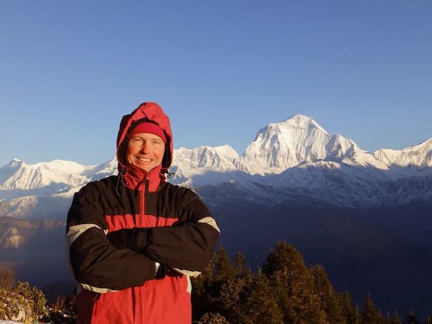 Człowiek w górach himalajach. podróżuj sportowym stylem życia