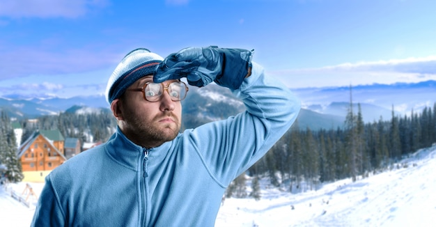 Człowiek w górach zimą