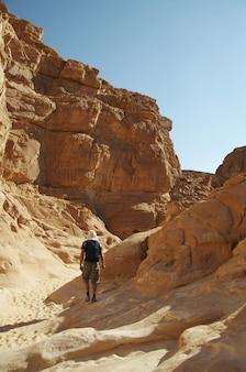 Człowiek w kolorowym kanionie w egipcie