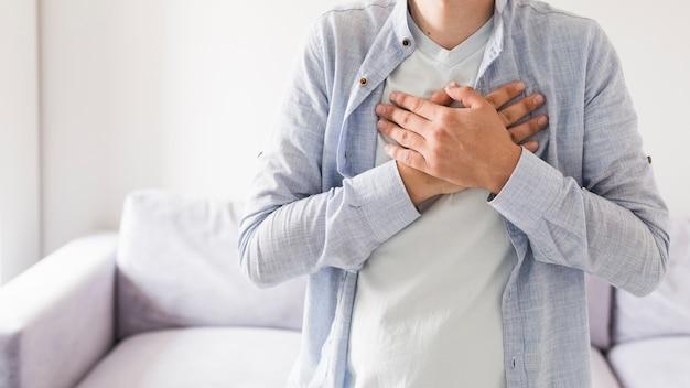 Człowiek w koszuli o ból serca