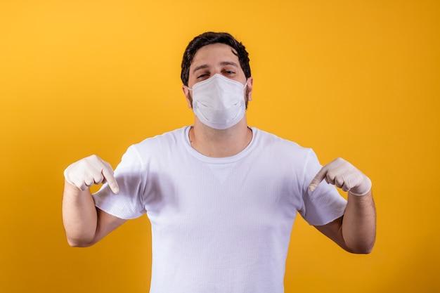 Człowiek w ochronnej masce medycznej z izolowanym na żółto