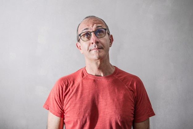 Człowiek w okularach myśli