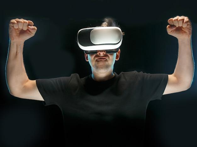 Człowiek w okularach wirtualnej rzeczywistości. koncepcja przyszłej technologii.