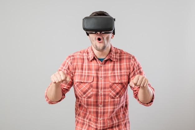 Człowiek w okularach wirtualnej rzeczywistości, płacąc symulator roweru