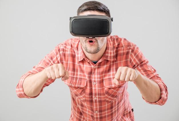 Człowiek w okularach wirtualnej rzeczywistości płaci symulator roweru