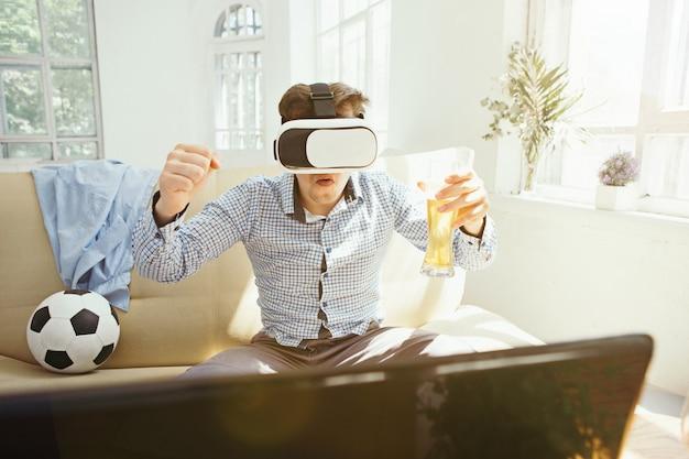 Człowiek w okularach wirtualnej rzeczywistości