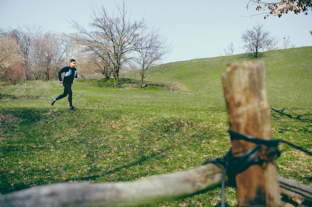 Człowiek w parku lub lesie przed drzewami