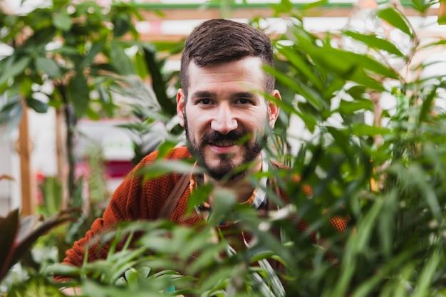 Człowiek w pobliżu roślin