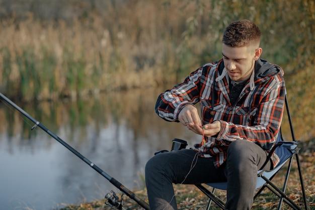 Człowiek w pobliżu rzeki w rano rybackim