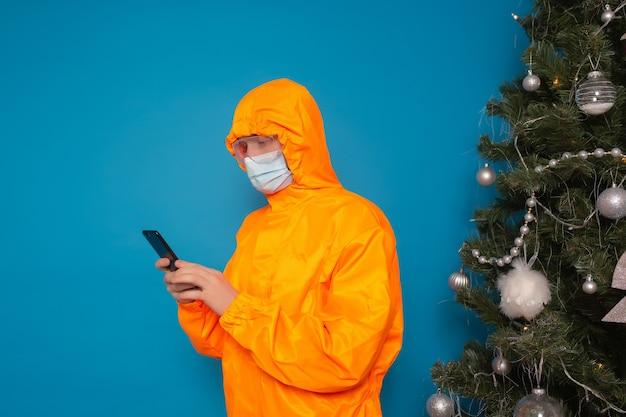 Człowiek w pomarańczowym garniturze trzymać smartfona
