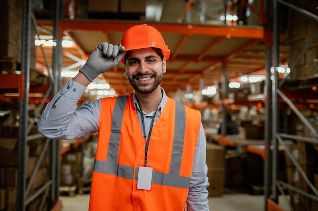 Człowiek w pracy sprzętu bezpieczeństwa