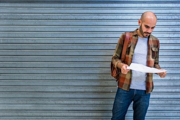 Człowiek w przestrzeni kopii używający mapy do orientacji