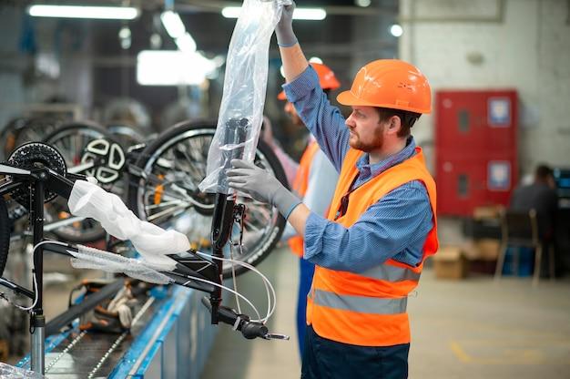 Człowiek w sprzęt bezpieczeństwa w swoim miejscu pracy