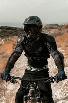 Człowiek w sprzęt do kolarstwa górskiego