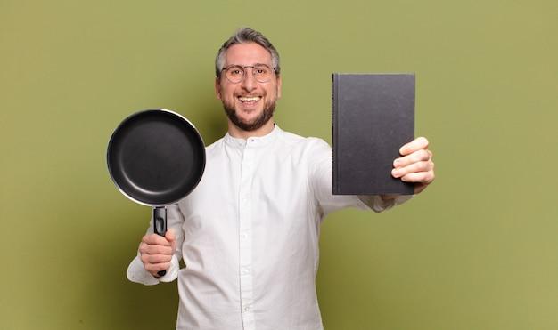 Człowiek w średnim wieku kucharz uczy się gotować