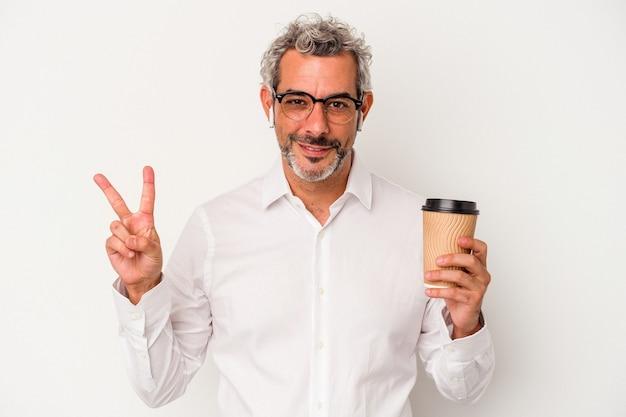 Człowiek w średnim wieku, trzymając kawę na wynos na białym tle pokazując numer dwa palcami.