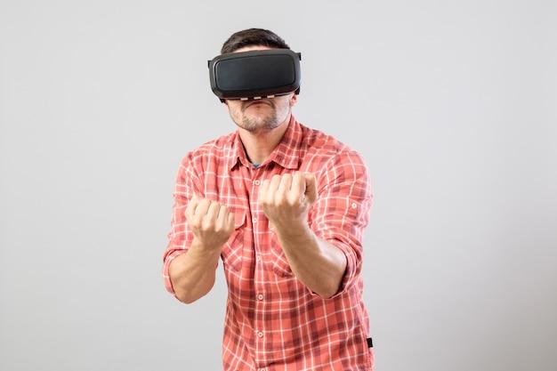 Człowiek w stroju wojownika w okularach wirtualnej rzeczywistości