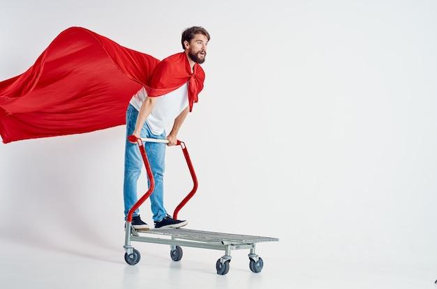 Człowiek w supermarkecie styl życia zabawy na białym tle