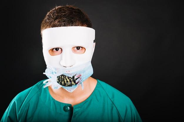 Człowiek w twórczej maski halloween