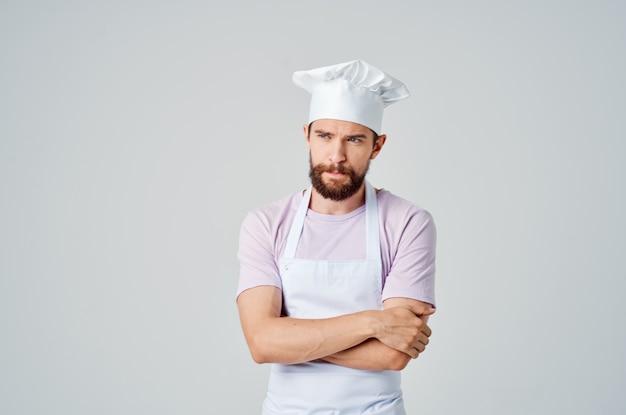 Człowiek w ubraniach szefów kuchni profesjonalna praca gotowanie