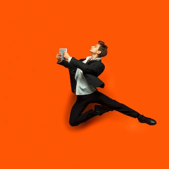 Człowiek w ubranie w stylu casual skoki na ścianie w stylu biurowym
