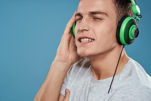 Człowiek w zielonych słuchawkach, słuchanie muzyki
