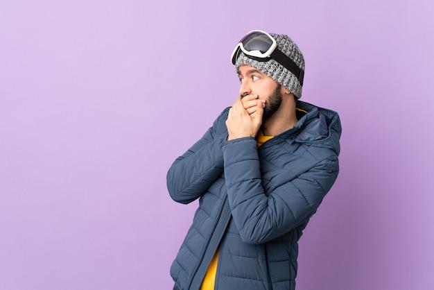 Człowiek w zimowe ubrania i gogle narciarza
