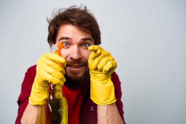 Człowiek w żółte gumowe rękawice detergent do prac domowych