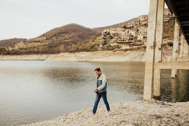 Człowiek wędrówki we włoskich górach w pobliżu jeziora.