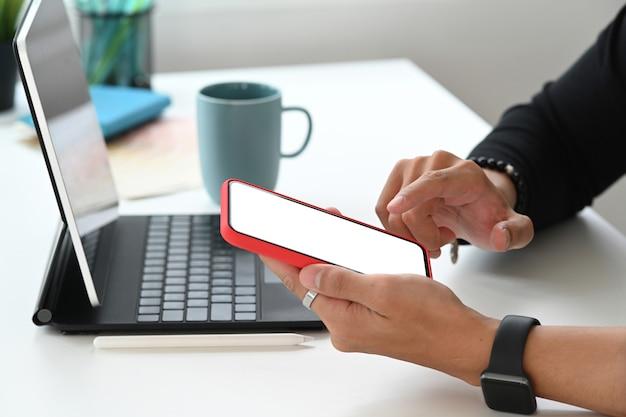 Człowiek wolny strzelec korzystający z telefonu komórkowego z pustym ekranem do montażu wyświetlacza graficznego.
