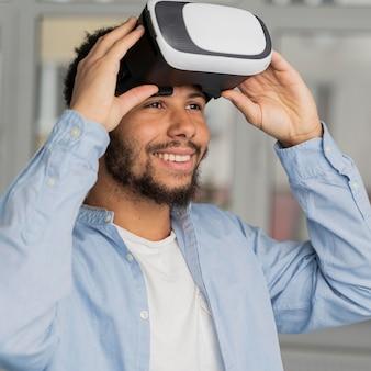 Człowiek wprowadzający innowacje w dziedzinie energii wiatrowej w świecie rzeczywistości wirtualnej