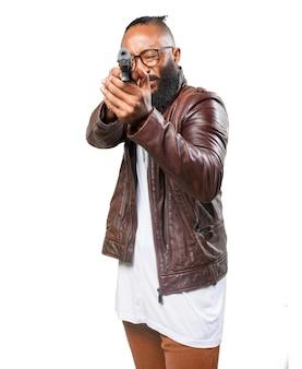 Człowiek wskazując jego pistoletu