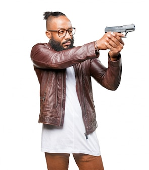 Człowiek wskazując pistoletem